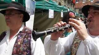 con una flauta y un tamboril