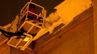 Los bomberos del 112 retiran aleros de nieve en los tejados de Matamorosa