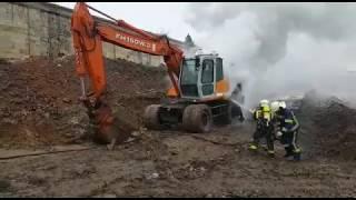 Los bomberos sofocan el incendio de una excavadora en Reinosa