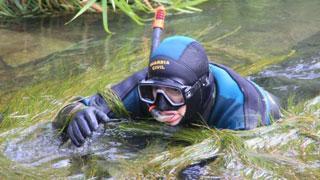 Los GEAS de la Guardia Civil, buscando droga en el río Ebro