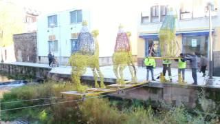Instalación del montaje de los Reyes Magos sobre el cauce del Ebro