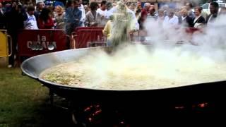 Preparando la paella en Campoo de Suso