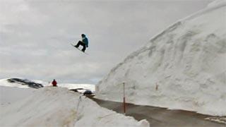 Salto con esquís y tabla de snowboard desde el nevero 'Munín' de Palombera