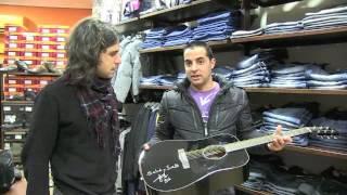 Rulo entrega la guitarra sorteada en beneficio de Borja de la Herrán