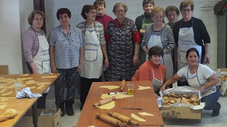 Las vecinas de Mataporquera elaboran las orejuelas para Santa Eulia
