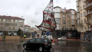 El viento destroza los adornos navideños de Reinosa